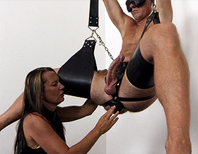 Femdom fucks slave with butt plug-Picture2