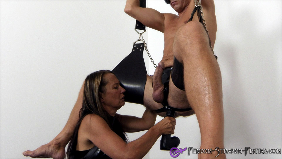verstriemter arsch strap on bdsm
