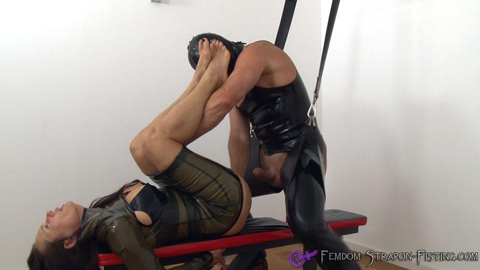 ballon bondage mann holt sich einen runter